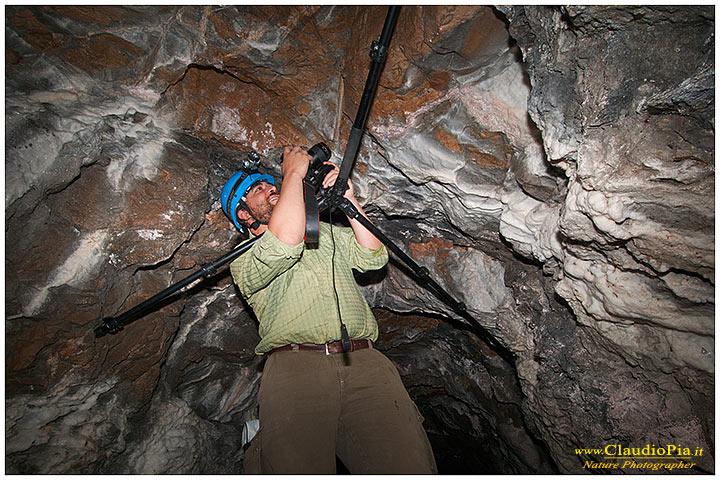Spesso posizionare il cavalletto necessita di fantasia. Nella foto il fotografo Manuel Zucchini. Miniera abbandonata, Val Graveglia