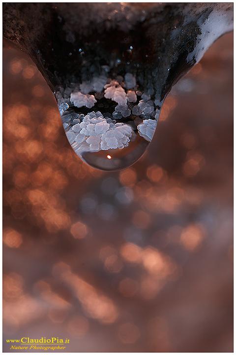 Magniche concrezioni all'interno della goccia. Miniera abbandonata, Val Graveglia
