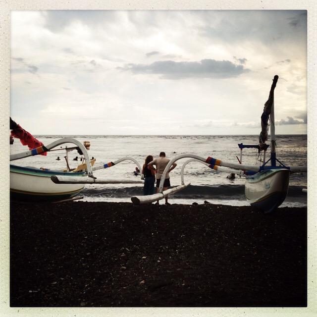 Baia di Amed, Bali - sulla apiaggia sono ormeggiati i JUKUNG (ragni) dei pescatori usati anche per portare i subacquei sui punti d'immersione