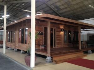 Questa casa costa 45mila dollari sono 70mq interni e 100esterni con veranda - tutta in ironwood indonesiano