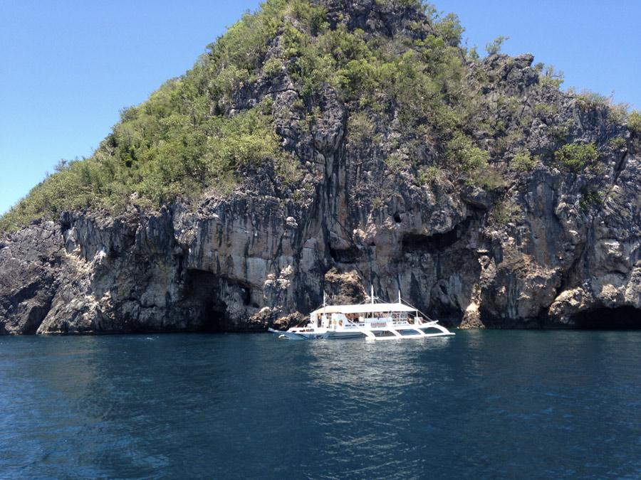 Isola di Gato, uno dei punti d'immersione più visitati. C'è però un prima e un dopo il tifone Yolanda. Oggi le pareti sono in ripresa ma tutti raccontano che la maggior parte di coralli e di forme marine sono andate distrutte.