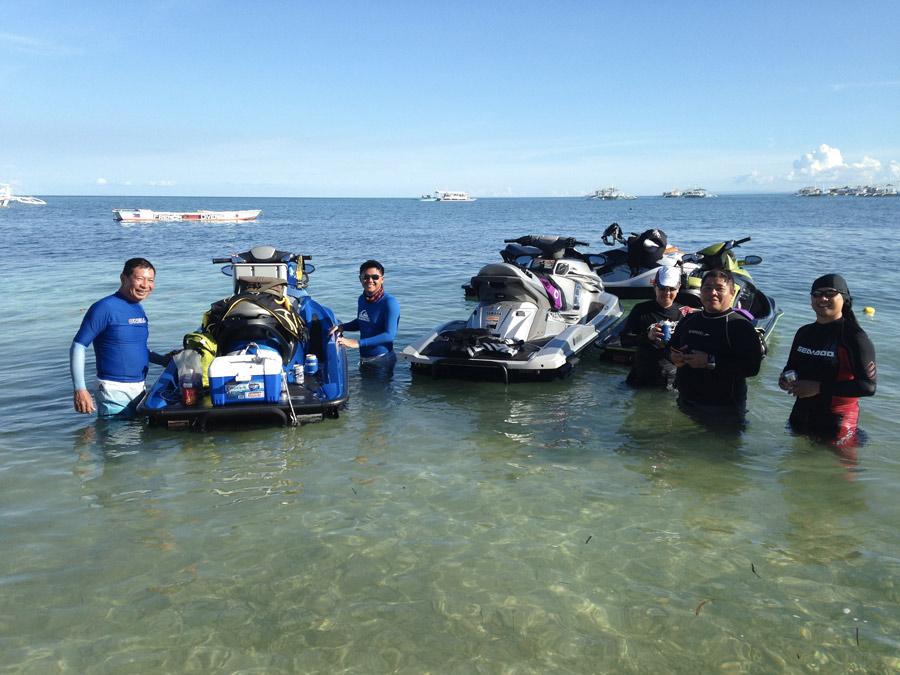 Gruppo di moto d'acqua con turisti filippini che si spostano da isola in isola..