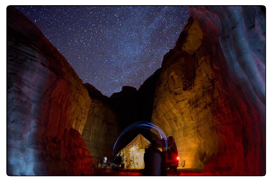 Un viaggiatore una notte d'inverno nel deserto